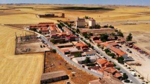 Convento Agustino de Extramuros entre los campos de cereales