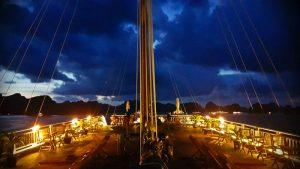 Anochecer en un crucero por la Bahía de Halong