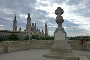 Cruz de Basilio en el Puente de Piedra, construida en honor de los héroes de los Sitios de Zaragoza, historia de Zaragoza