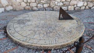 Cuadrante solar en la Plaza del Arcipreste