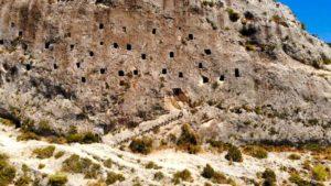 Ventanas abiertas en la roca de Covetes dels Moros
