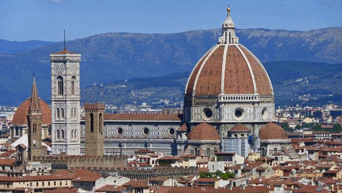 Torre Volognana del Palacio de Bargello junto a la Torre de Giotto, museo nacional del bargello