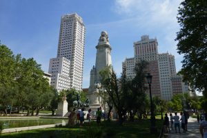 Edificio España y Torre de Madrid tras el Monumento a Cervantes en la Plaza de España