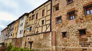 Edificios de cuatro alturas típicos de Poza de la Sal