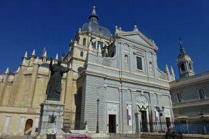 Fachada a la calle Bailén de la Catedral de la Almudena
