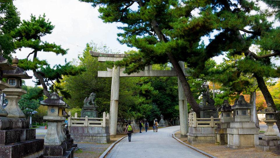 Torii de entrada al templo Kitano Tenmangu en Kioto