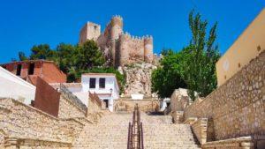 Escalinata a los pies del castillo que acoge la embajada mora nocturna