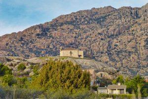 Ermita sobre la Peña Sacra sobre un montículo granítico