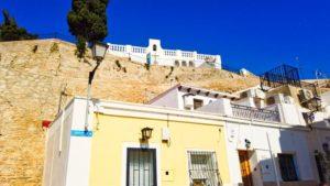 Ermita de la Santa Cruz sobre las calles del barrio más tradicional de Alicante