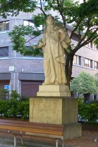 Una de las esculturas de reyes que adornan el Paseo de Sarasate, plazas de Pamplona