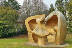 Escultura de Henry Mooreen el Parque de los Pueblos de Europa