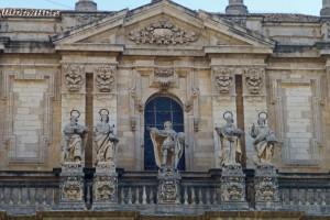 Detalles de las esculturas de la fachada principal de la Catedral de Jaén
