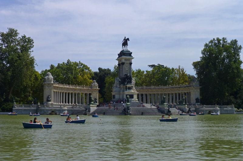 Estanque Grande del Parque del Retiro con el monumento a Alfonso XII
