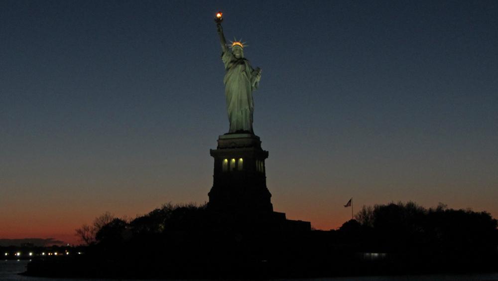 Vista nocturna de la Estatua de la Libertad