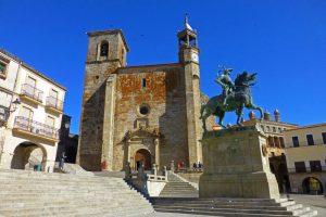 Estatua ecuestre de Francisco Pizarro a los pies de la Iglesia de San Martín