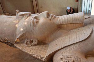 Estatua tumbada de Ramsés II en Menfis