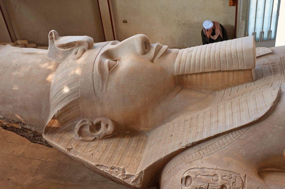 Estatua tumbada de Ramsés II en Menfis y Saqqara
