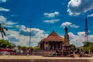 Autobús turístico de Colombo junto al Salón Conmemorativo de la Independencia