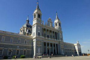 Fachada principal de Catedral de la Almudena en la Plaza de la Armería