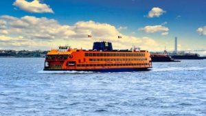 Ferry a Staten Island pasando por delante de la Isla de la Libertad