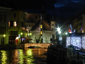 Mercado navideño de Annecy junto al Palacio de la Isla