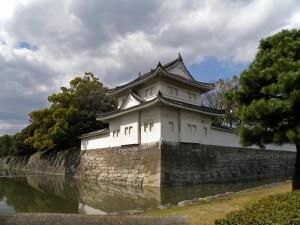 Foso y muro alrededor del Castillo Nijo en Kioto