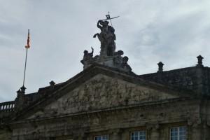 Frontón y estatua ecuestre de Santiago en el Palacio de Rajoy