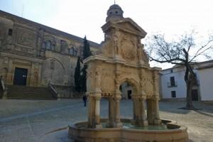 Fuente de Santa María, el elemento principal de la Plaza de Santa María en Baeza