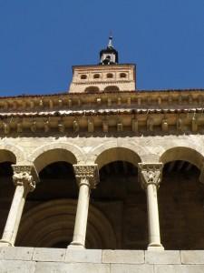 Galería porticada y torre campanario de la Iglesia de San Martín, iglesias de Segovia