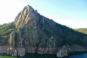 El Salto de Gitano está compuesto por Cuarcita Armoricana, la más abundante en el parque