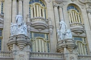 Detalle de las esculturas en la fachada del Gran Teatro de La Habana