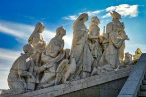 Conjunto escultórico a os pies del Monumento al Sagrado Corazón