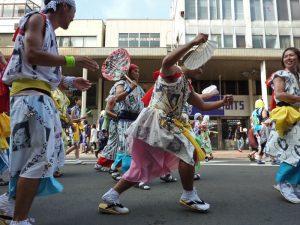 Participantes del Nebuta Matsuri vestidos con el tradicional haneto