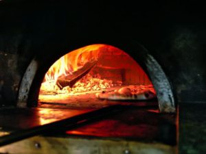 Forno de pietra (horno de piedra) para elaborar pizzas italianas