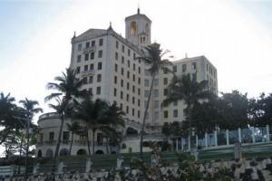 El Hotel Nacional de Cuba se alza frente al Malecón de La Habana