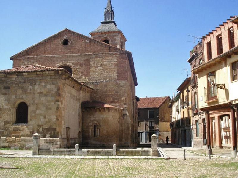Iglesia de Santa María del Camino en la Plaza del Grano de León