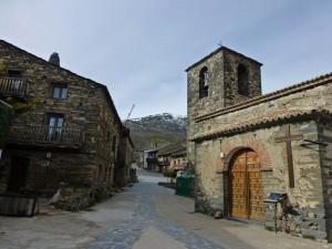 Calles y arquitectura negra de Valverde de los Arroyos, ruta por los pueblos negros de guadalajara