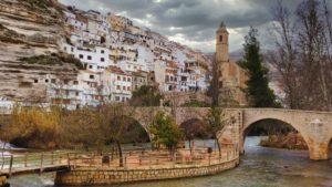 Imagen más icónica de Alcalá del Júcar, con el río, el puente y la iglesia