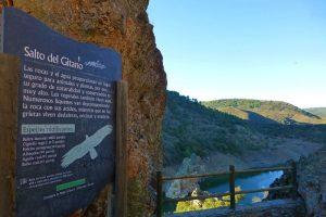 Cartel con información sobre las aves que anidan en el Salto del Gitano