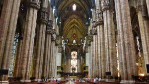 Reliquia del Santo Clavo en lo alto del ábside de la Catedral de Milán