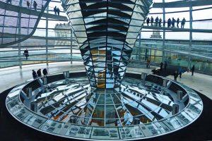 Interior de la cúpula del Parlamento Alemán en Berlín