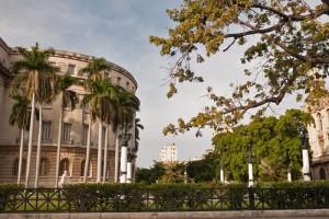 Jardines junto al Capitolio Nacional de Cuba