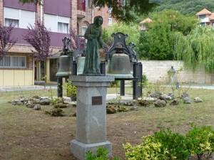 Esculturas y campanas en los jardines de la Iglesia de Santa María del Puerto