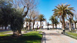 Jardín con la estatua ecuestre de Diego de Almagro