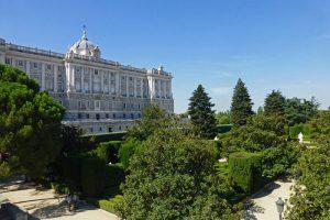 Jardines de Sabatini a los pies del Palacio Real de Madrid