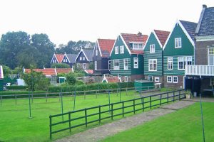 Casas tradicionales de Marken, uno de los pueblos más bonitos de Holanda