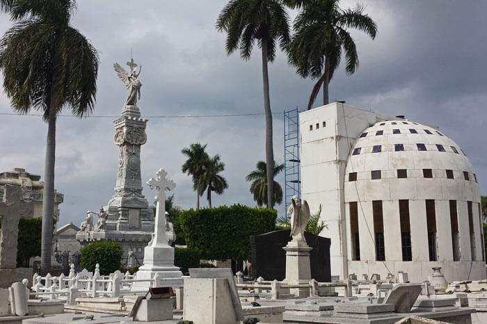 Tumbas y mausoleos en el Cementerio de Colón, uno de los cementerios más bonitos del mundo