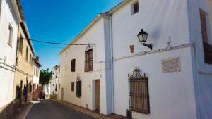 Real Monasterio de Agustinos escondido tras una casa particular