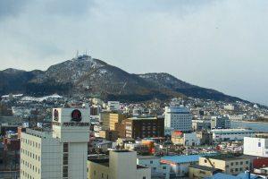 Hakodate a los pies del monte del mismo nombre
