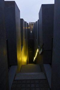 Interior del Monumento a los judíos en Berlín